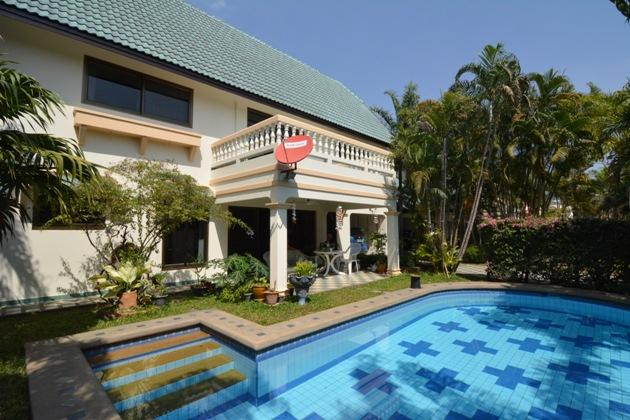 House for rent Pattaya showing the great pool