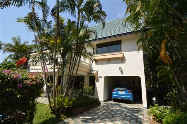 House for rent Pattaya showing the house and carport
