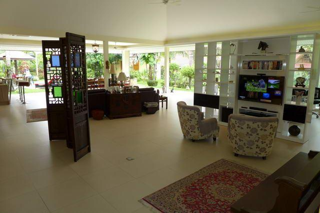 House For Sale Pattaya showing the living and dining areas