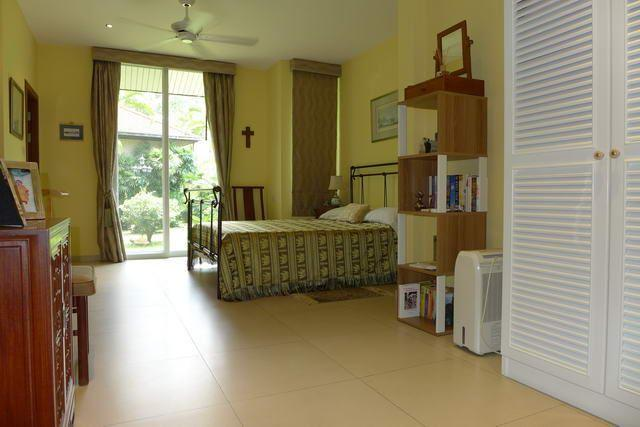 House For Sale Pattaya showing a bedroom suite