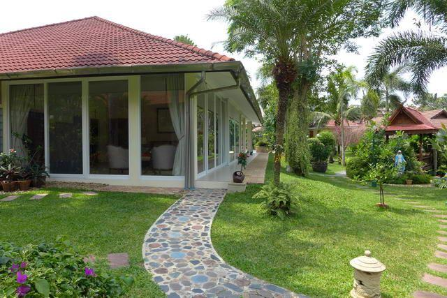 House For Sale Pattaya showing the beautiful garden