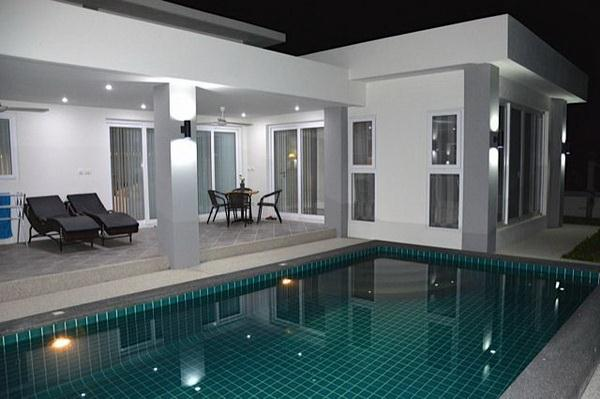 House for sale Pattaya Huay Yai showing the house and pool