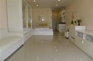 Condominium for sale Jomtien showing the bed and living area