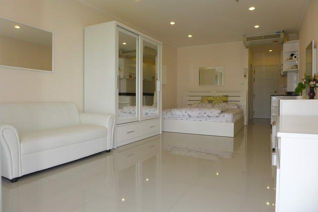 Condominium For Sale Jomtien showing the living and sleeping areas