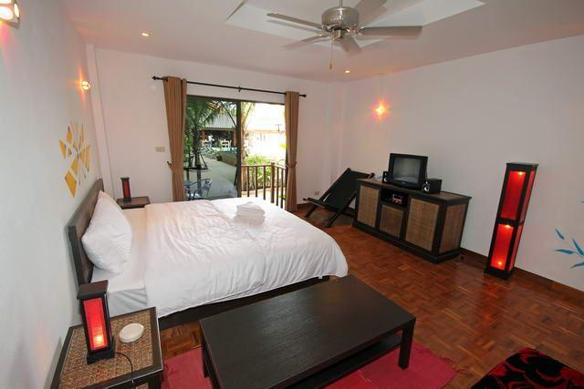 Commercial for sale in Pattaya showing a bedroom suite