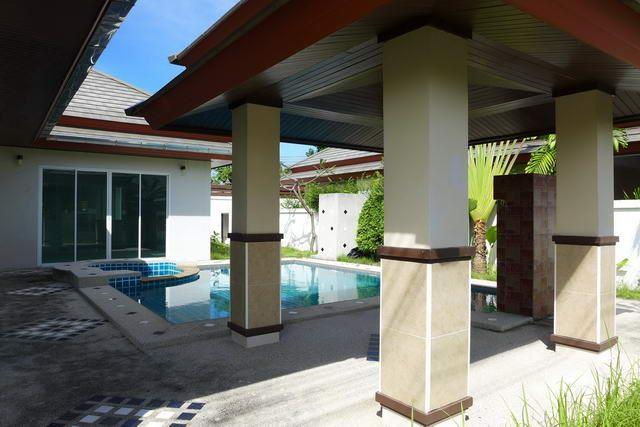 House for sale Huay Yai Pattaya showing the sala and swimming pool