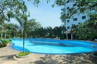 Condominium for sale Jomtien showing the building and swimming pool