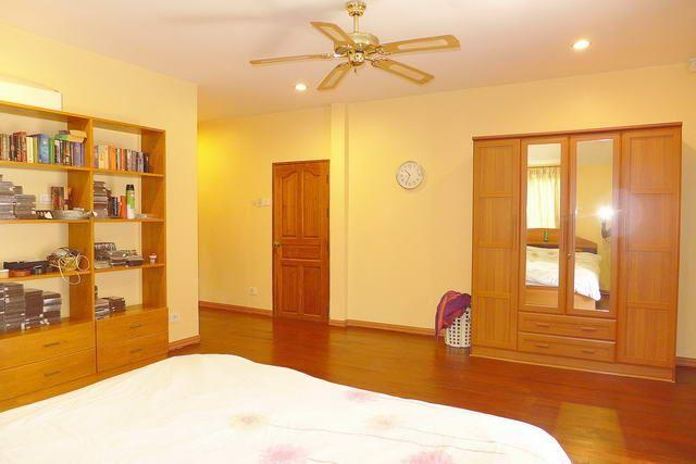 House for sale Pattaya showing the bedroom suite
