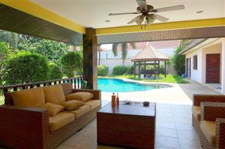 House for sale Pattaya showing the garden terrace