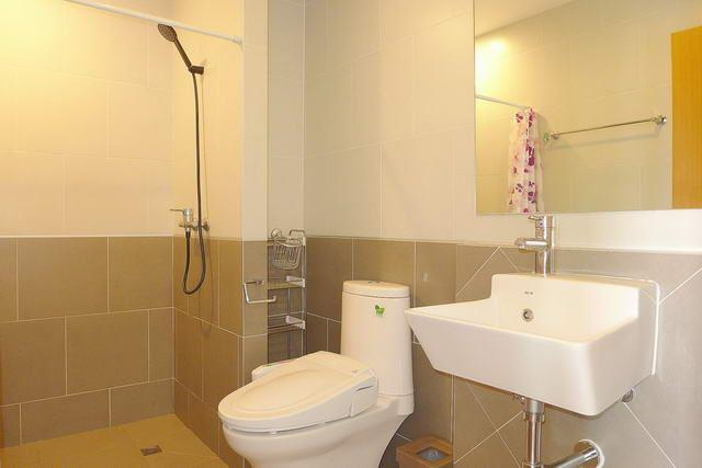 Condominium for sale South Pattaya showing the bathroom