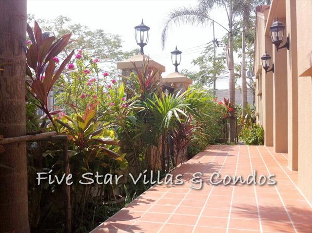 house for sale at Pattaya showing the entrance walkway