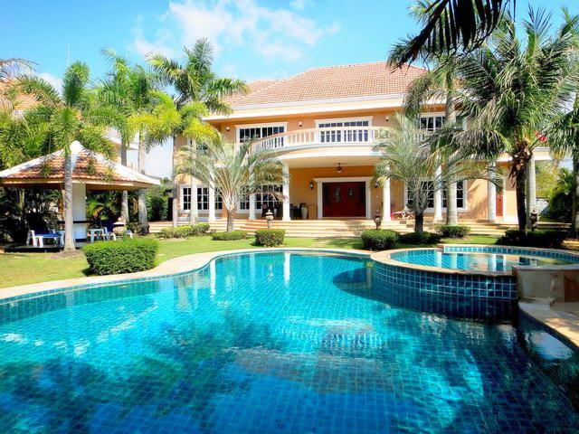 House for sale East Pattaya showing the house and swimming pool