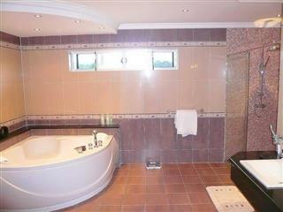 House for sale East Pattaya showing the bathroom and bathtub