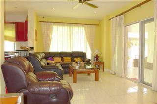 House for sale East Pattaya showing the large living area
