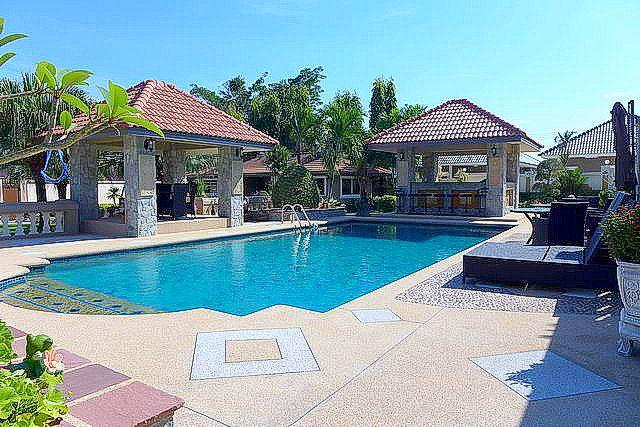House for Sale Nongpalai Pattaya showing the pool and Salas