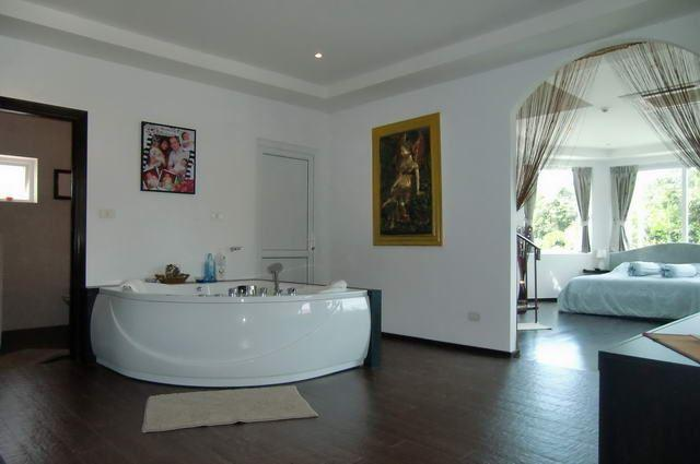 House for sale Na Jomtien showing master bedroom and jacuzzi