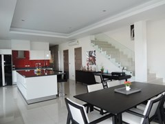 House for rent Amaya Hill Pattaya showing the dining and kitchen areas