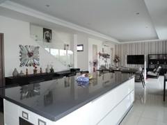 House for rent Amaya Hill Pattaya showing the large kitchen island