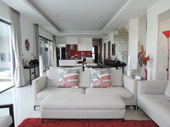 House for rent Amaya Hill Pattaya showing the open plan living areas