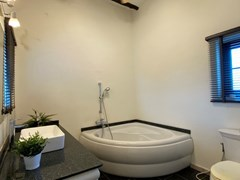 House for rent East Pattaya showing the Jacuzzi bathtub