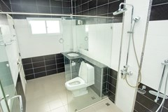 House for sale Bangsaray Pattaya showing the master bathroom