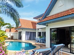 House for sale Jomtien showing the house and pool