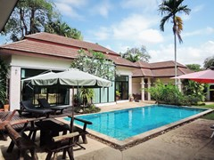 House for sale Pattaya showing the house and swimming pool