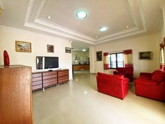 House for sale East Pattaya showing the living and kitchen areas