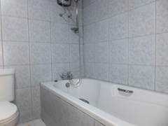 Condominium for sale Jomtien Pattaya showing the bathroom with bathtub