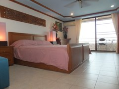 Condominium for sale Jomtien Pattaya showing the bedroom and balcony