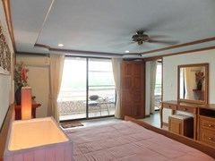 Condominium for sale Jomtien Pattaya showing the bedroom with furniture