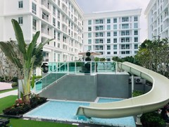 Condominium for sale Jomtien showing the communal pool and condo buildings