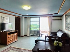 Condominium for sale Jomtien Pattaya showing the living and dining areas