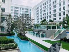 Condominium for sale Jomtien showing the pool and condo buildings