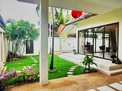 House for rent Jomtien Pattaya showing the carport and garden