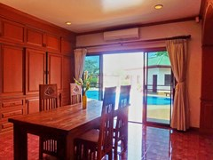 House for rent East Pattaya showing the dining area poolside