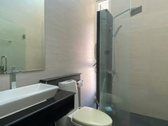 House for rent East Pattaya showing the master bathroom