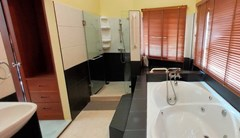 House for rent East Pattaya showing the master bathroom with Jacuzzi bathtub