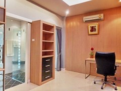 House for rent East Pattaya showing the master bathroom and office area