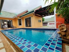 House for rent East Pattaya showing the house, pool and carport