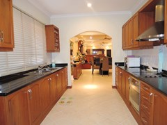House for rent at View Talay Villas Jomtien showing the large kitchen
