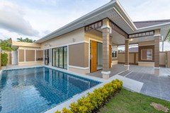 House for sale Pattaya Mabprachan showing the house and pool