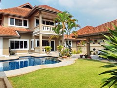 House For Sale Nongpalai Pattaya showing the house and garden