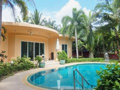 House for sale Nongpalai Pattaya showing the house and pool