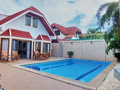 House for sale South Pattaya showing the house and pool