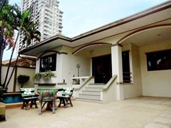 House for sale Jomtien Pattaya showing the house terrace and pool