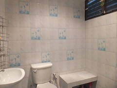 House for sale WongAmat Pattaya showing the master bathroom