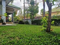 House for sale East Pattaya showing the garden