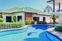House for sale East Pattaya showing the house and pool