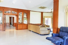 House for sale East Pattaya showing the open plan living